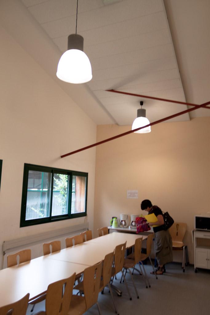 Salle de réfectoire avec micro-ondes